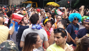 Axé, samba e marchinha agitam foliões na Av Paulista, em SP