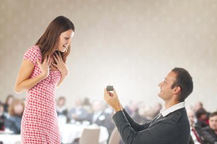 הצעת נישואין בפומבי עם טבעת אירוסין