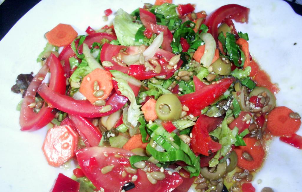 presentación de la ensalada de pak choi con wakame