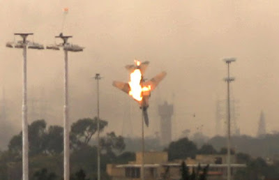 avión cae en llamas en bengasi, libia