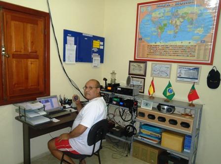 PU1WPN WAGNER em sua estação com o IC-718