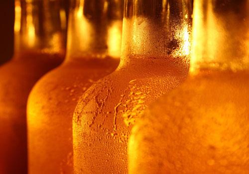 Botellas de cerveza frías y mojadas