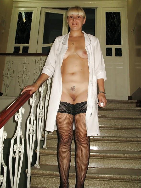 έμπειρη νοσοκόμα δείχνει μουνί