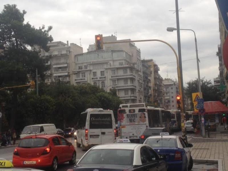 Θεσσαλονίκη: Διπλοπαρκαρισμένο ΙΧ «μπλόκαρε» για 15 λεπτά την κυκλοφορία στο κέντρο της πόλης! (Φωτό)