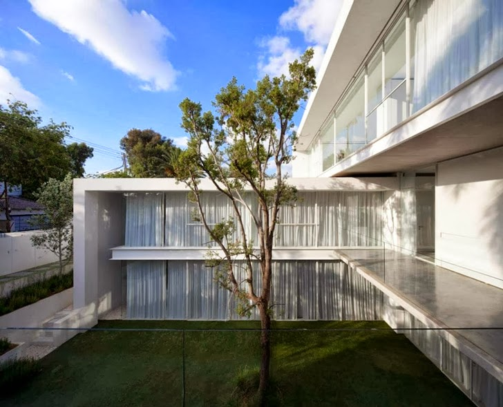 Tree and White Ramat Hasharon House by Pitsou Kedem Architects