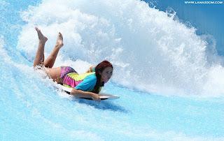 صور ساخنة لـ ايمي تشايلدز بملابس السباحة مع صديقتها في الإمارات العربية المتحدة