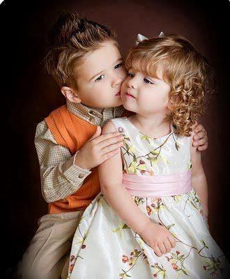 Gambar lucu bayi laki-laki mencium bayi perempuan wallpaper