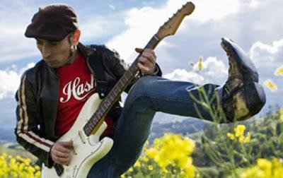 Fito Cabrales con su guitarra