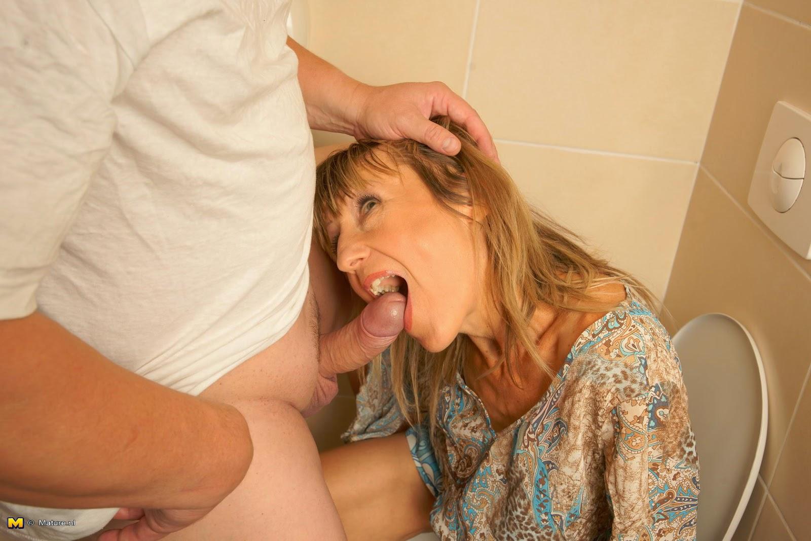 Тётя и племянник в туалете, Тетя и Племянник порно, смотреть Племянник трахает 2 фотография