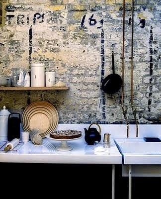 cocina grunge con pared de ladrillo