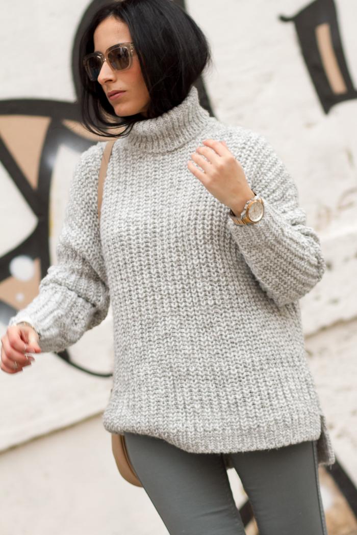 Bloguera valenciana con Jersey oversized asimétrico gris de punto grueso para el frío de Zara y pantalones Reversibles de Meltin' Pot