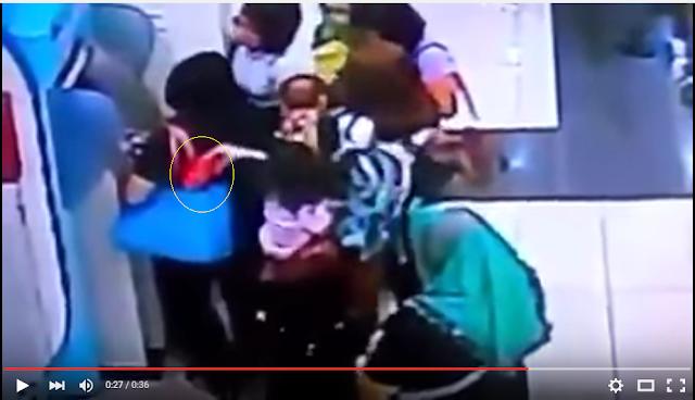 ibu-ibu terekam cctv melakukan aksi pencopetan