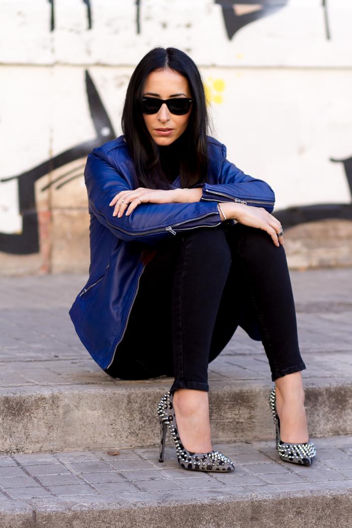 Look con chaqueta de cuero azul de muubaa y zapatos de leopardo de kandee