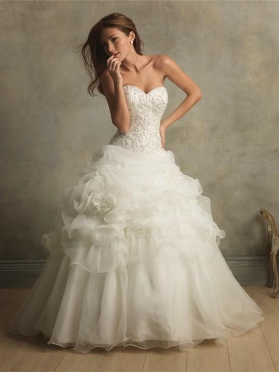 Klassisches Kleid mit langer Schleppe und Draperien