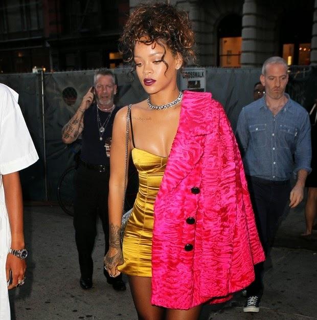Rihanna vestiu um look extravagante - e decotado - para jantar em Nova York, nos Estados Unidos