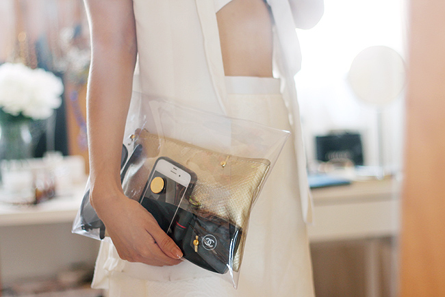 Diy clear lucite clutch fake leather blog no sewing skills needed and almost no sewing is involved in this diy tutorial this clutch style is so in trend right now you can wear it for a night out solutioingenieria Choice Image
