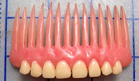 Lo último en la moda: dentaduras postizas como pulseras