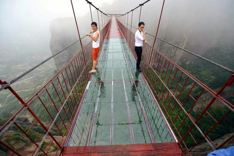 Aterrador puente con suelo de vidrio abierto en China