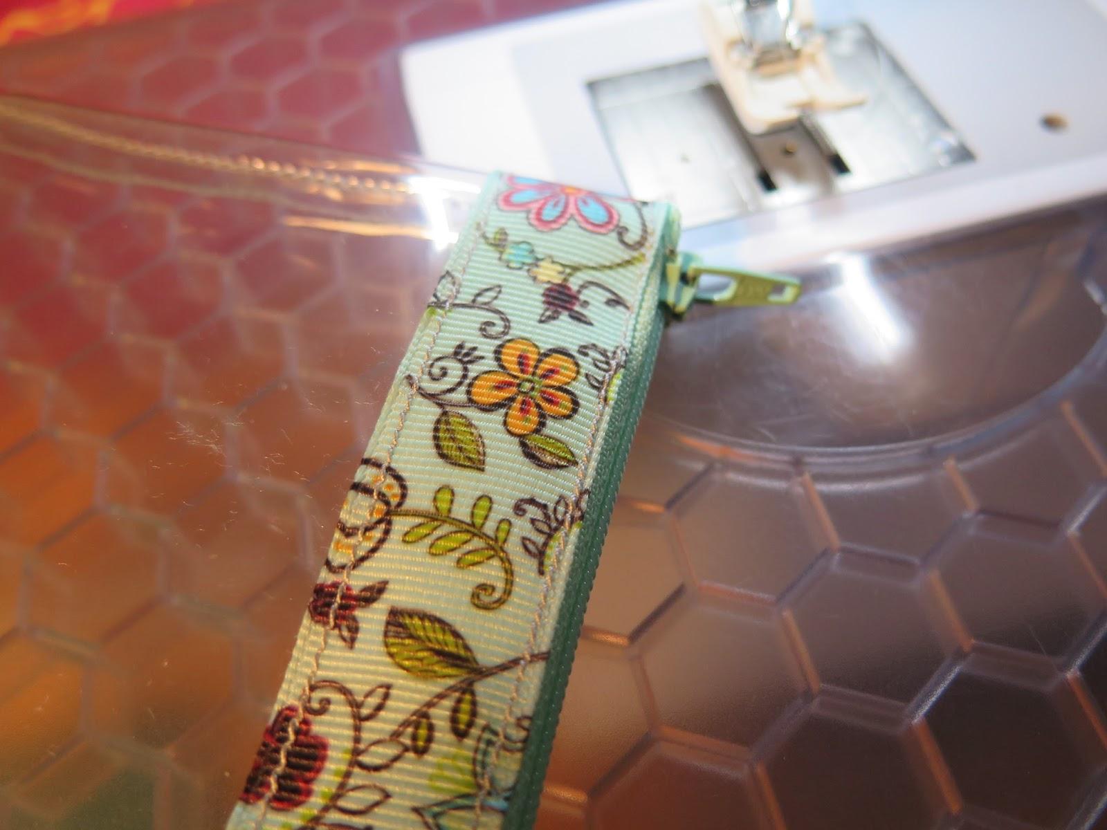 Couture la maison sewing at home trousse en plastique for Couture a la maison