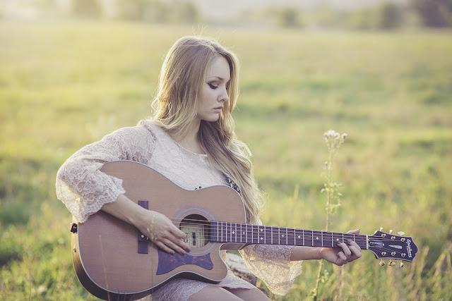 Música, mulher tocando violão