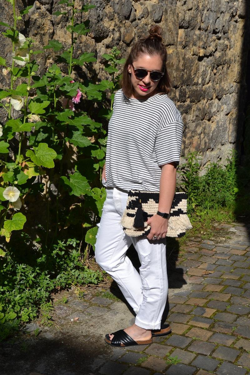 pochette a frange mango, boyfriend blanc Kiabi, t-shirt Sheinside et l'usine à lunettes sandales like Holden Isabel Marant