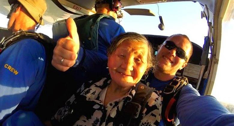 Menakjubkan, Nenek Usia 81 Tahun Melakukan Skydiving dengan Ketinggian 12.000 Kaki