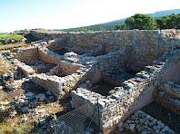 Habitatges i llocs per estabular els animals adossats a la muralla antiga, data de l'època medieval