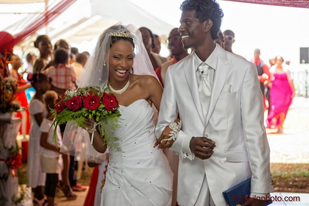 les mariés quittent la salle suivis par le cortège