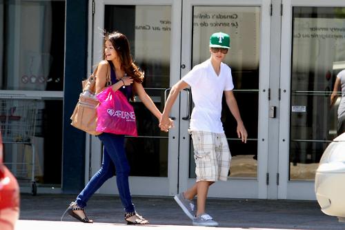 selena gomez and justin bieber 2011 june. Justin Bieber y Selena Gomez