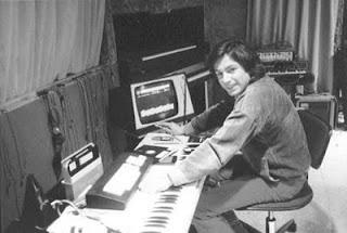 El compositor francés Jean Michel Jarre en su estudio de Croissy experimentando con el sampler Fairlight CMI Series I hacia 1980