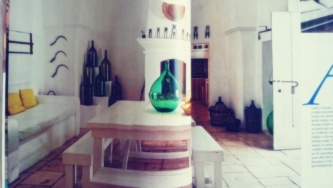 Detale w rustykalnym wnętrzu, szklane butelki, drewniana ławka, kamień