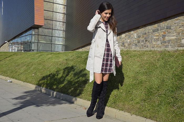 vestido cuadros-botas-mosqueteras-gabardina-trench-look-blogger
