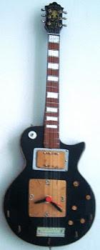 Guitarra com rélogio e porta chaves