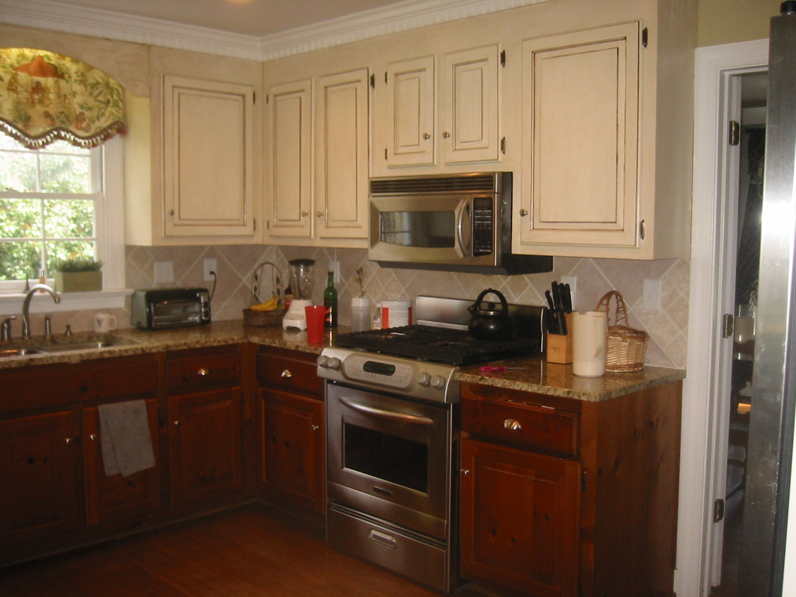 Here 39 S A Kitchen Where The Homeowner Had Glazed The Top Cabinets But