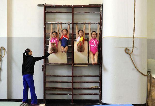 الصين وكيفية صناعة الأبطال الألومبيين China-gymnasium-Olympic-children-12