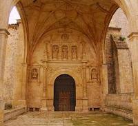 Atrio de la iglesia de San Juan Bautista en Bisjueces, Las Merindades