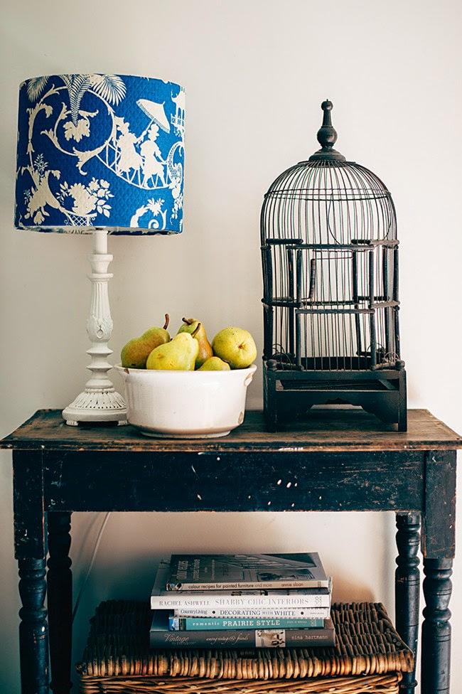 wystrój wnętrz, wnętrza, mieszkanie, dom, home, decor, aranżacje,shabby chic, vintage, meble, ratanowy fotel, lampka, klatka