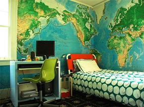 quarto com duas paredes cobertas com adesivo de mapa