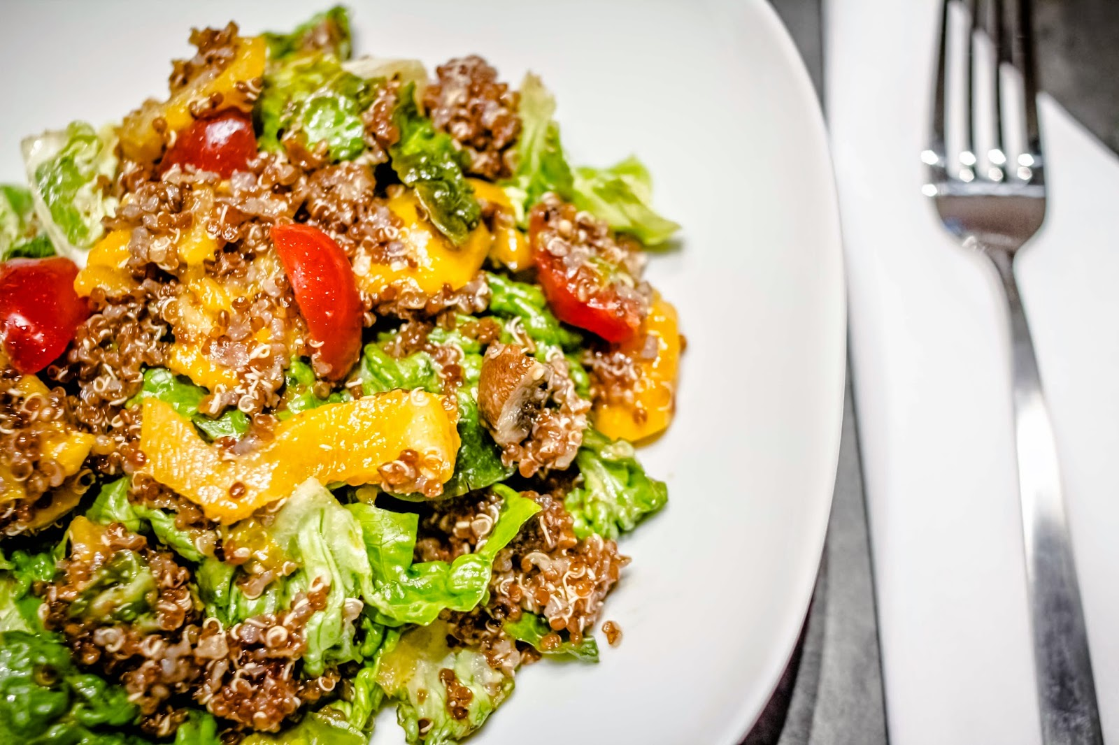 Roter Quinoa Salat mit Paprika und Tomaten