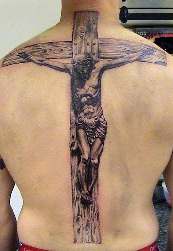 Tatuaje Jesús Cristo crucificado en la espalda
