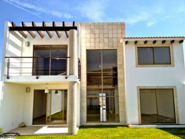 fachada moderna con revestimiento de cantera y barandal de acero inoxidable