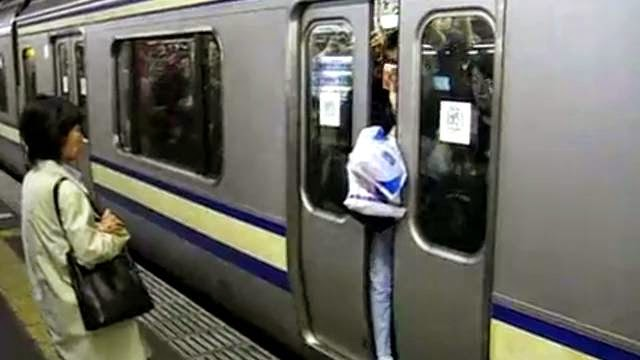 Metro de Tokyo, trop de gens écrasés dans les wagon comme des sardines