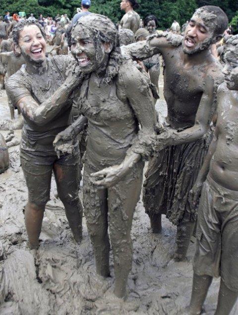 என்ன அசிங்கம் இது பாருங்கள். Mud+Day+celebration+%289%29