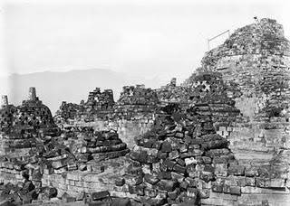 Reruntuhan Candi Borobudur sebelum di pugar