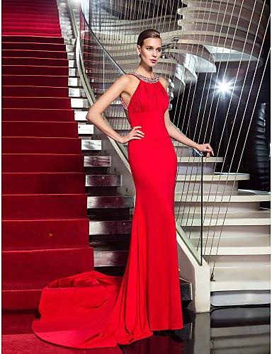 Vestido de noche rojo con cola