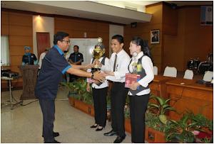 Penyerahan Piala Juara 1 Quiz Contest 3 D Tahun 2011