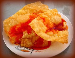 Wantán frito con salsa de tamarindo