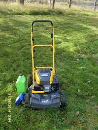 Puutarhanne vuodenaikojen mukaan kulloistenkin tarpeiden mukaan nurmikonleikkauksista alkaen