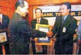 Karyawan yang sedang memperoleh penghargaan (Sumber: Majalah Investor)