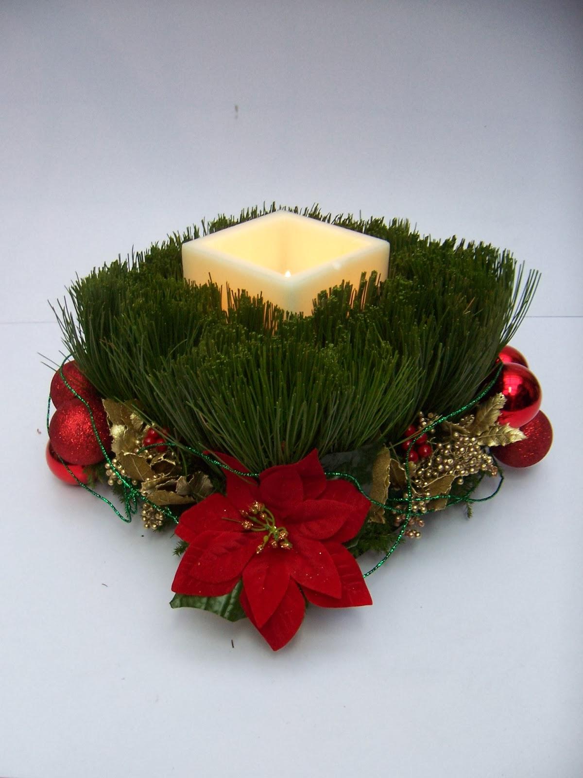 Centro de mesa con esferas rojas y verdes y velas en - Centros de navidad originales ...